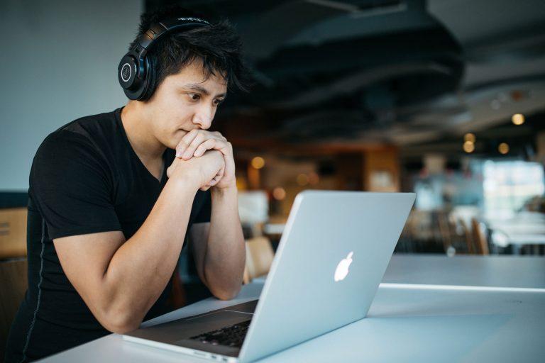 Qualificação profissional durante o CORONAVÍRUS - Melhore seu currículo sem sair de casa.